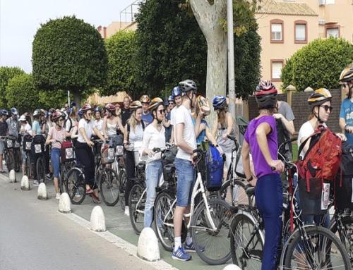 Un grupo de 75 jóvenes noruegos visitan Rota en bicicleta